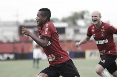 Destaque da partida com grande atuação, Marcinho corre para comemorar o gol marcado. (Foto: Carlos Insaurriaga/GEB)