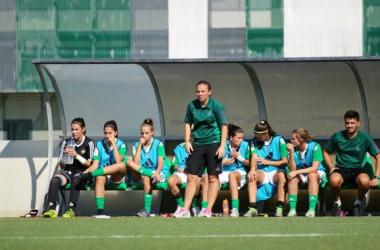 María Pry en el banquillo frente al Athletic Club de Bilbao | Foto: Real Betis Balompié