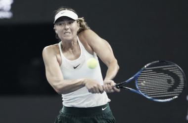 Sharapova salva una bola de partido para seguir viva en Pekín