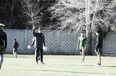 Mariano Soso brinda indicaciones. Foto: Club Defensa y Justicia.