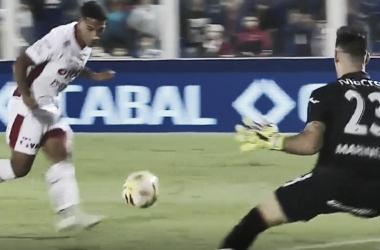 Bruno Pittón tuvo la victoria tatengue en sus pies, pero Marinelli lo impidió (Foto: Olé).