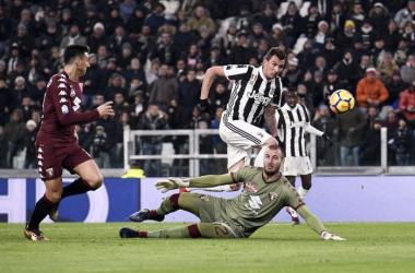Coppa Italia - Douglas Costa e Mandzukic matano il Toro: Juventus in semifinale (2-0)