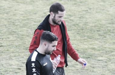 Mario Suárez charla con un miembro del cuerpo técnico durante el entrenamiento | Fotografía: Rayo Vallecano
