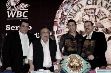Mauricio Sulaimán, José Sulaimán, Martínez y Sampson Lewkowicz. Foto: Consejo Mundial de Boxeo.