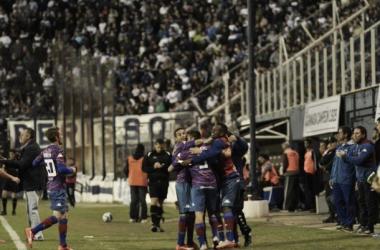 Abrazo de gol ante Gimnasia, que sea una sana costumbre (fuente Tigre Oficial)
