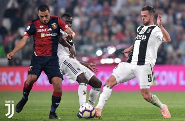 Pjanic disputando un balón con el ex de la Juventus, Rómulo. Juventus.com