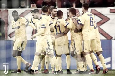 Los jugadores de la Juventus de Turín celebrando el primer gol de Cuadrado todos juntos en elGeorgios Karaiskakis Stadium | Foto: Juventus de Turín