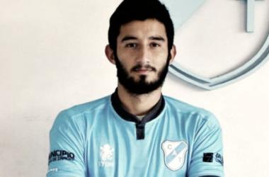 Mathías en la foto posterior a la firma de contrato. Foto: WEB.