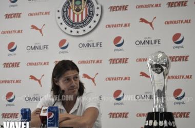 Posó Matías Almeyda con la copa a lo largo de toda la conferencia   Foto: Enrique Ortega / VAVEL