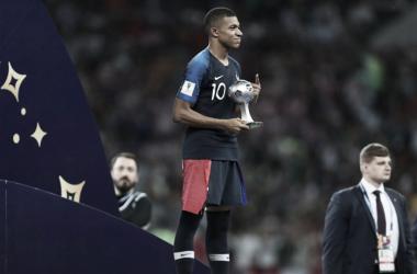 Kylian Mbappé con el trofeo de mejor jugador joven del Mundial | Foto: FIFA.com