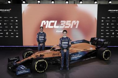 Lando Norris y Daniel Ricciardo posando junto al MCL35M. Fuente: McLaren