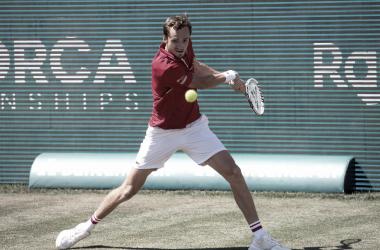 Medvedev vira contra Carreño Busta em Mallorca e vai à primeira final da carreira na grama