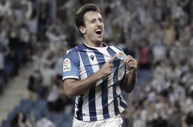 Mikel Oyarzabal señalando el escudo tras marcar el gol / Foto: Real Sociedad