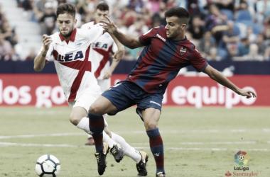 Medrán intenta regatear a un jugador del Levante. / Foto: La Liga