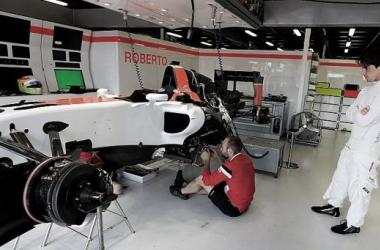 Mecânico trabalha no monolugar de Mehri com a supervisão do piloto (Foto: XPB Images).