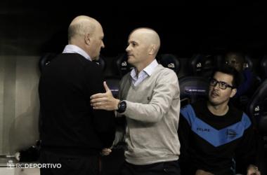 Mel saluda a Cabello, entrenador temporal del Alavés. / Imagen: RCDeportivo
