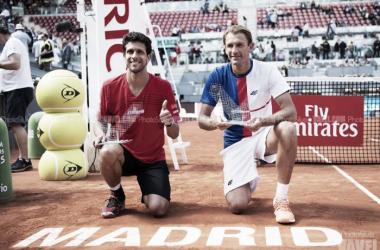 Marcelo Melo y Lukasz Kubot posan con sus respectivos trofeos tras la final. | Foto: vavel.com (PhotoSilver)