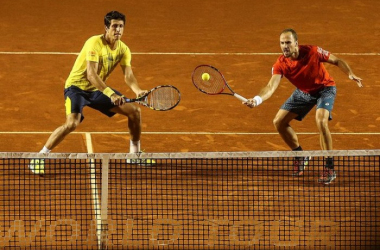 Marcelo Melo (left) and Bruno Soares play a point in their quarterfinal win/Photo: Rio Open