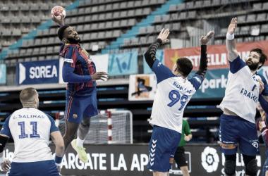 Dika Mem, imparable para la defensa del Granollers / Fuente: FCB Handbol