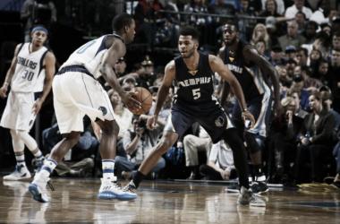 Barnes iniciando un ataque contra Memphis. Foto: Prensa de Dallas Mavericks