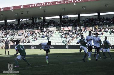 Juanjo Chavalés haciendo gol contra el Valdivia. | Foto: Mérida AD