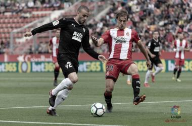 Pedro León trata de zafarse de un defensor del Girona en la 2017/2018 (FOTO:// LaLiga)