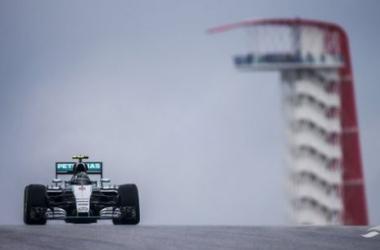 Nico Rosberg comanda el pelotón bajo la lluvia de Austin