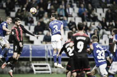 Alanís despeja un balon en defensa en el partido contra el Reus, con Christian a su izquierda. Imagen; Web del CD Reus.