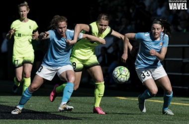 Merritt Mathias (center) will be playing her third season with the Seattle Reign in 2017 after re-signing with the team | Source: Brandon Farris - VAVEL USA