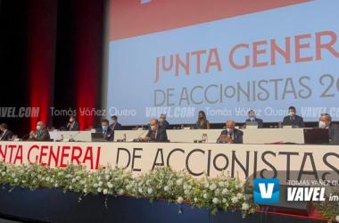 Constitución de la mesa para la junta general || Foto: Tomás Yáñez (VAVEL)