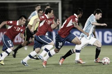 Messi con la pelota y tres jugadores de Chile intentando alcanzarlo. (Foto: Diario Olé)