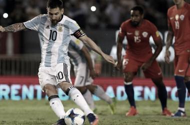 Lionel Messi patea el penal en el Monumental ante la ante mirada de Jean Beausejour.