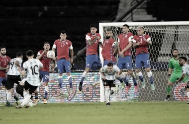 OBRA DE ARTE. Messi y un nuevo golazo de tiro libre, Chile lo sufrió esta vez. Foto: Olé
