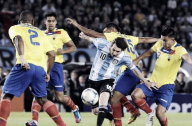 Messi se escapa de cuatro ecuatorianos. Volverán a verse el 31 de marzo   Foto: Archivo