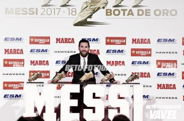 Messi posa con el trofeo que le acredita como máximo goleador de la temporada pasada. FOTO: FC Barcelona