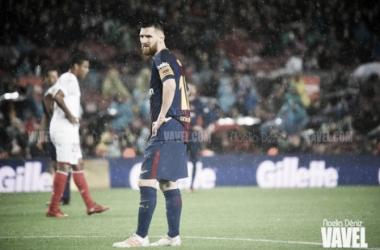Messi, pensativo frente al Sevilla en el Camp Nou | Foto: VAVEL.com, Noelia Déniz