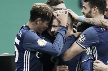 Meyer comemora gol com companheiros (Foto: Divulgação/Schalke 04)