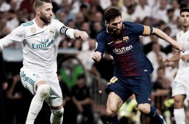 Ramos y Messi peleando por un balón I Foto: Twitter @LaLiga