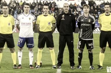 Alberto Zapater y Jon Erice fueron los capitanes de Real Zaragoza y Real Oviedo en el último duelo entre ambos equipos en La Romareda   Foto: Andrea Royo, VAVEL