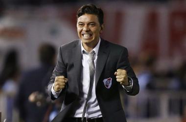 Marcelo Gallardo quiere seguir festejando y piensa en el futuro número 6. ¿Será Balanta? Foto: emol.com