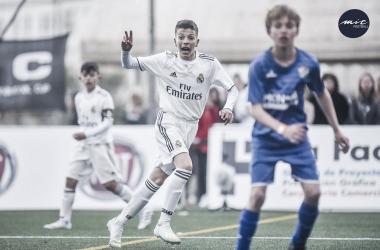 Un futbolista del Real Madrid señala a su compañero durante un partido / Foto: MICFootball
