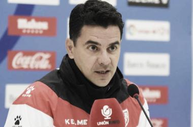 Míchel durante una rueda de prensa ante los medios | Fotografía: Rayo Vallecano