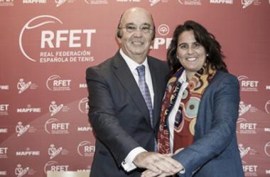 Miguel Díaz y Conchita Martínez en el acto de renovación. Foto: rfet.es. - Álvaro Díaz