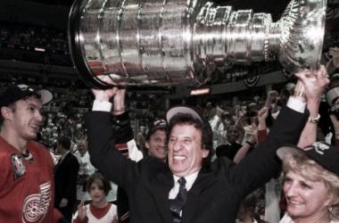 Mike Illitch celebrando la consecución de la Stanley Cup | Foto vía: CBC