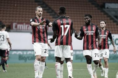 Ibrahimovic faz história e Milan encerra Serie A com grande vitória sobre Cagliari