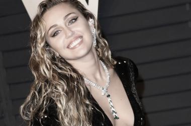 Miley Cyrus posando en la alfombra roja de Vanity Fair (Getty Images)