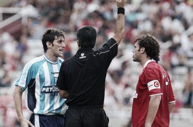 Los hermanos Diego (Racing) y Gabriel (Independiente) Milito, discutiendo, en un clásico de 2003. / Foto: Archivo Web.