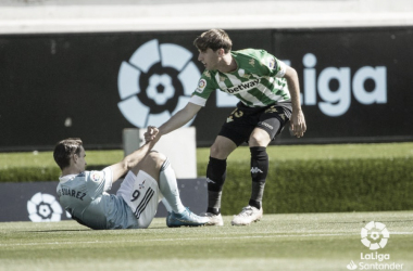 Miranda ayuda a incorporarse a Denis Suárez en el Celta de Vigo - Real Betis. Foto: LaLiga Santander.