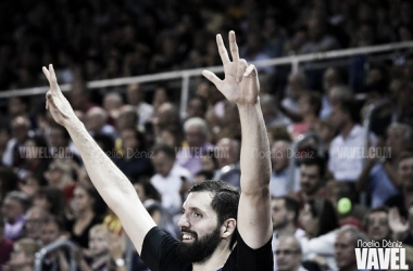 Nikola Mirotic celebra un triple en el FC Barcelona - Valencia Basket / Foto: Noelia Déniz (VAVEL)