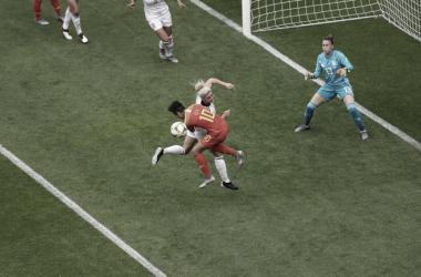 Mapi León despeja un balón en el área / Foto: FIFA